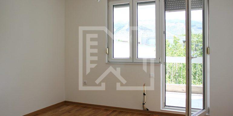 Trosoban stan Zagrebačka soba s balkonom