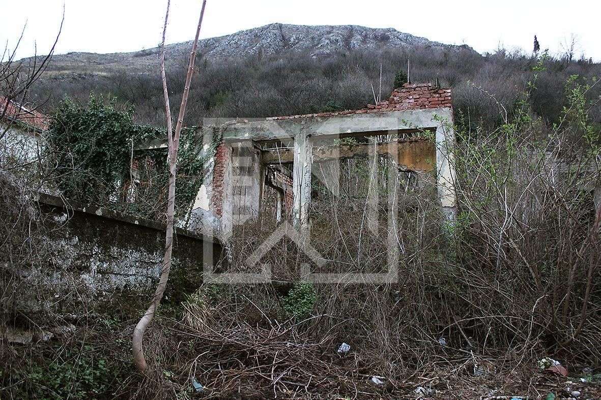 Zemljište sa ruševnom kućom, Podhum