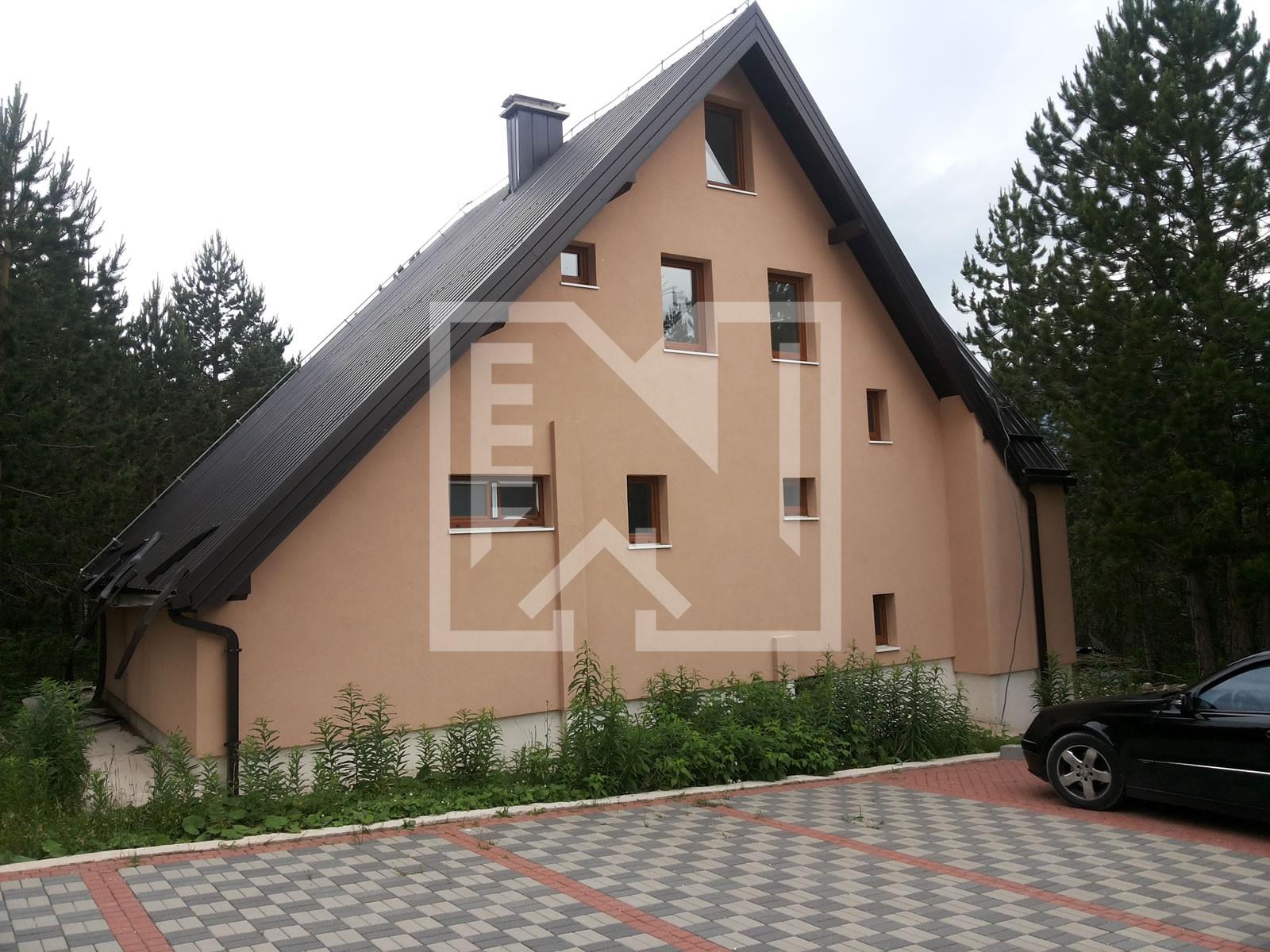 Troetažna kuća s okućnicom na Blidinju