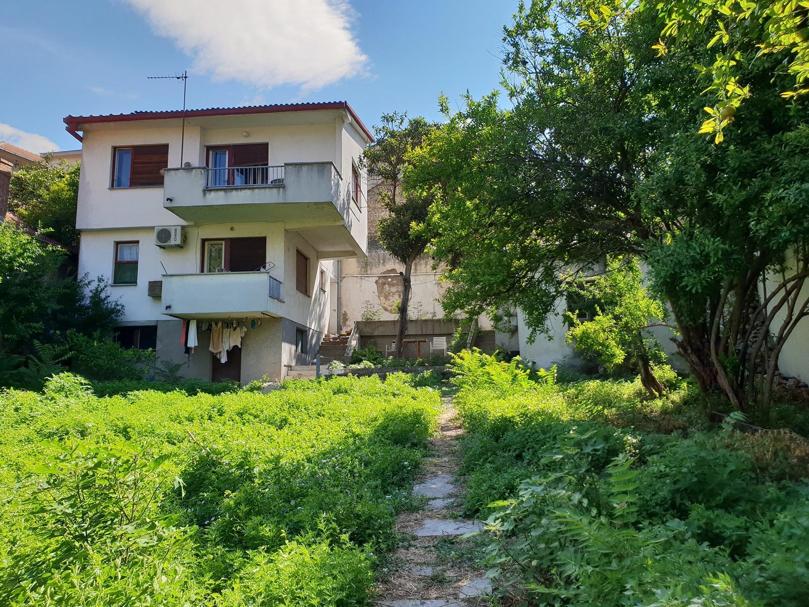 Kuća s okućnicom u naselju Luka