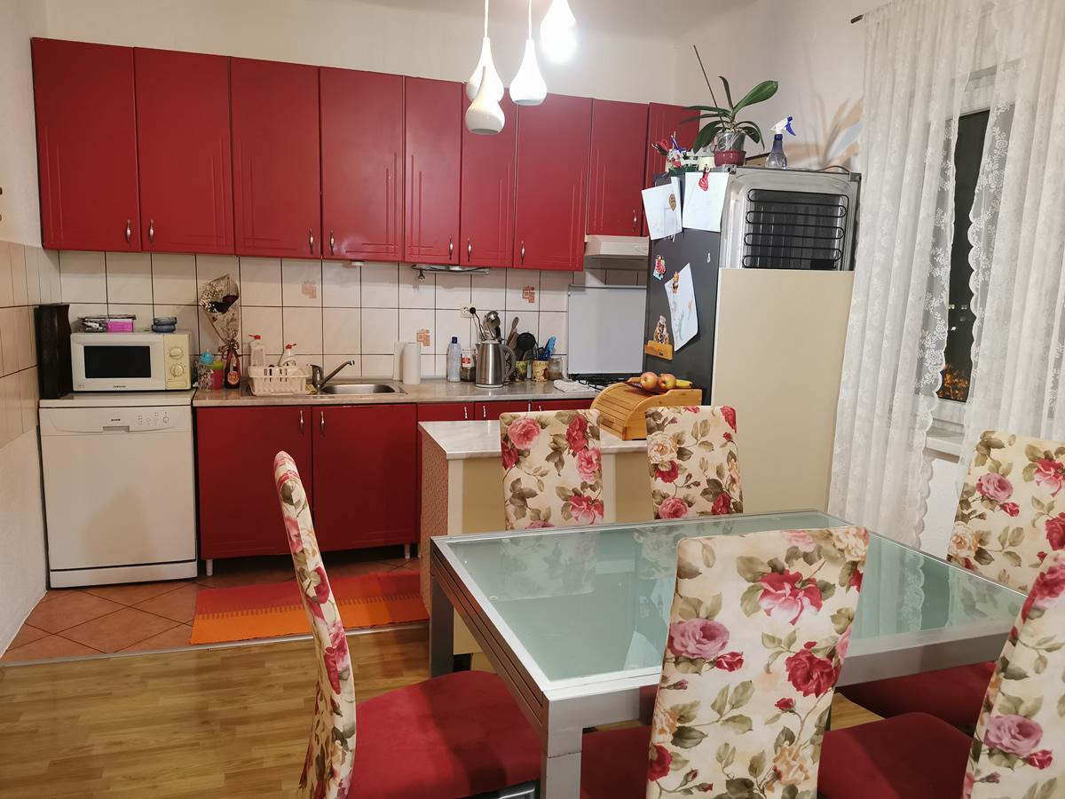 Prodaje se trosoban renoviran stan u Rodoču