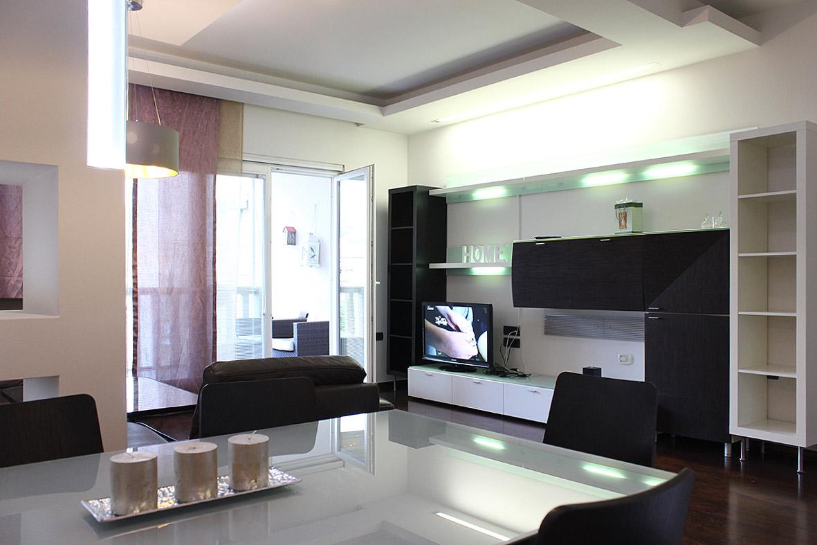 Trosoban luksuzno opremljen stan sa garažom u centru grada