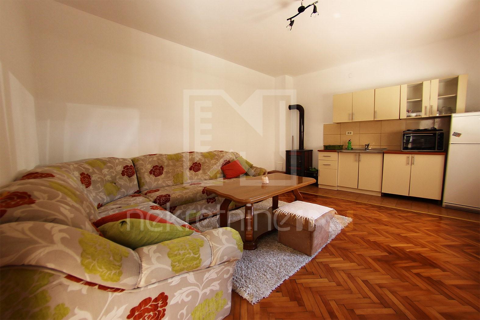 Trosoban stan u stambenoj kući na Smrčenjacima